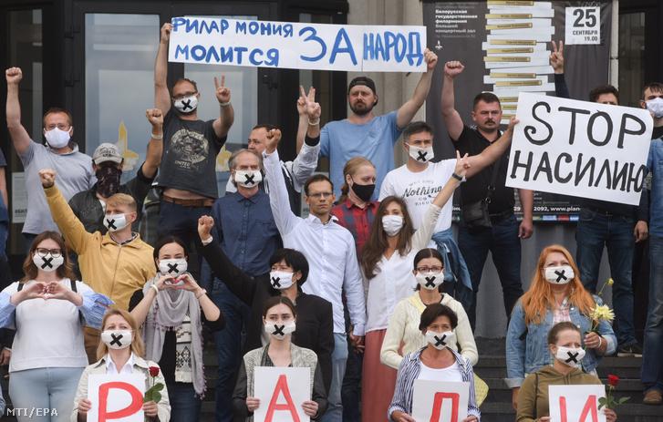 Az elnökválasztás eredménye miatt tiltakozó muzsikusok a minszki hangversenyterem előtt 2020. augusztus 13-án. A feliratok jelentése: hagyjatok fel az erőszakkal, illetve a filharmonikusok a népért imádkoznak.