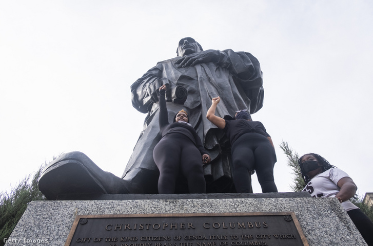 Tüntetők Kolombusz Kristóf szobra előtt 2020 júniusában.