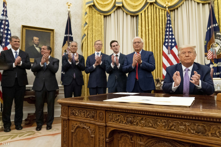 Donald Trump a washingtoni Fehér Ház Ovális irodájában, miután bejelentette, hogy Izrael és az Egyesült Arab Emírségek békemegállapodást kötött egymással.