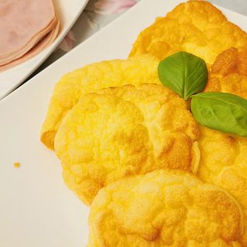 Pár hozzávalós, habkönnyű tojásos lepényke – A  puha érmékből szendvics is készülhet