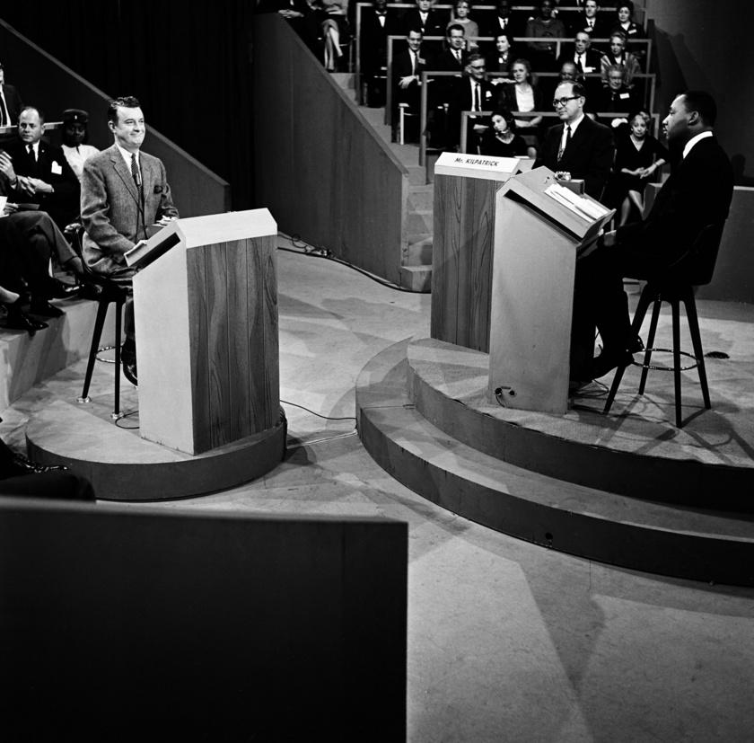 John McCaffrey pro-szegregacionista szerkesztő, James J. Kilpatrick, dr. Martin Luther King Jr. a szegregációról szóló vita során, 1960. november 26-án.