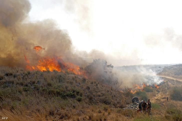 Az izraeli hadsereg katonái a gyújtóléggömbök által okozott tüzet próbálják eloltani 2020. augusztus 13-án.
