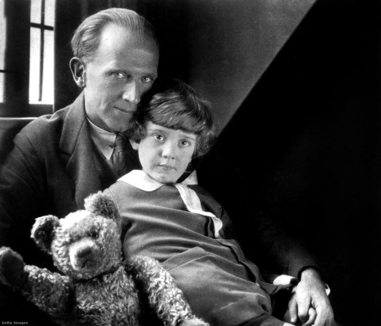 """Christopher Robin Milne életének első éveiben nem volt számára fontosabb személy dadusánál, Olive Brockwellrnél, akit ő Nounak hívott. Szinte minden percet együtt töltöttek, csak akkor kellett nélkülözniük egymás társaságát, amikor a Nou minden év szeptemberében két hétre elutazott. Persze a maguk módján szülei is jelen voltak az életében.""""Mindig is rendkívüli érdeklődést mutatott a fia iránt, annak ellenére, hogy a fiút főleg a dajka gondozta"""" - írta A.A. Milne 1990-as életrajzának szerzője, Ann Thwaite. Nou egészen addig felügyelt rá, amíg Christopher Robin 1930-ban nem kezdte el tanulmányait a Boxgrove School bentlakásos iskolában. """"Itt kezdődött az se veled, se nélküled kapcsolatom a hírnévvel, ami a mai napig tart"""