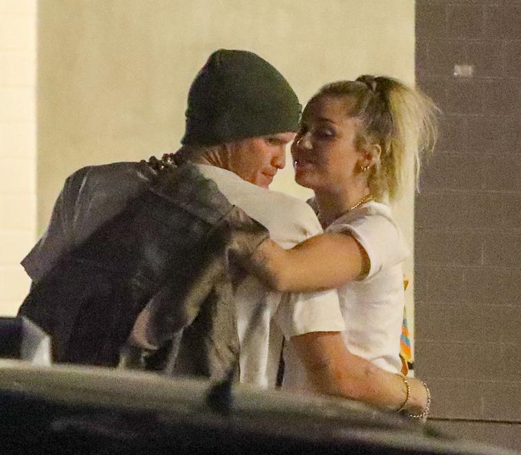 Cyrus nemsokkal a járásuk előtt még Liam Hemsworth felesége volt, aztán Kaitlynn Carterrel kavart egy darabig, még végül úgy tűnt, az ausztrál énekes mellett hosszabb ideig is képes magmaradni.