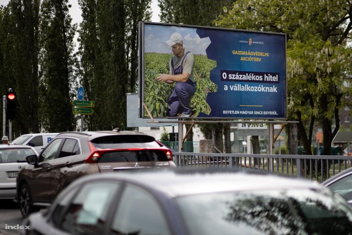 Egy gazdaságvédelmi akciótervet hirdető plakát Budapesten