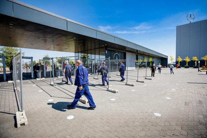 A kecskeméti Mercedes gyár alkalmazottai érkeznek munkahelyükre az újranyitást követően, 2020. április végén.