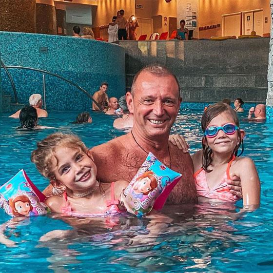 Kislányaival a karján mosolygott Győrfi Pál a medencézős képen.