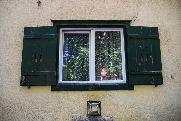 A jellegzetes ablakos a zöld zsalugáterrel, amibe különböző minták vannak belefaragva.