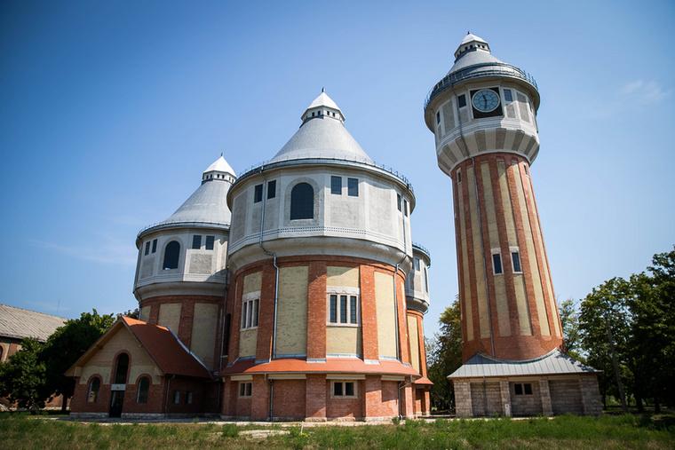 Az Óbudai Gázgyár az Újpesti vasúti hídtól délre található, egy 27 hektáros területen majdnem háromszög alakot formáz