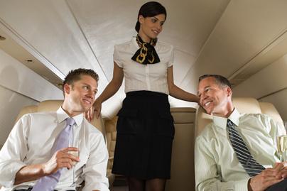 üzletember-kolléga-repülőgép-stewardess-luxus