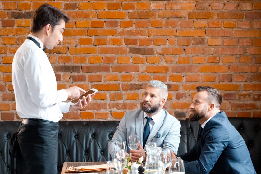 üzletember-pincér-étterem-bár-ital