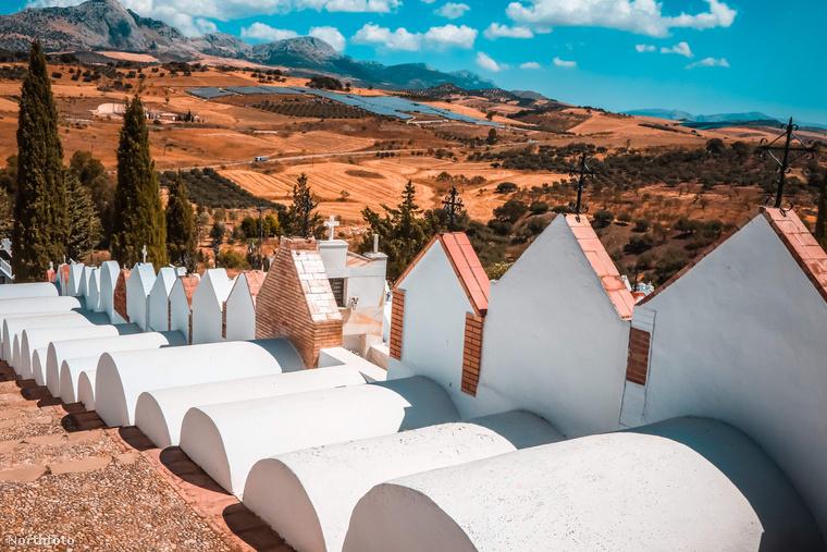 A temető város határában található, ahol fehér színével szinte világít a nap által sárgára koptatta dombok és az élénk kék ég előtt.