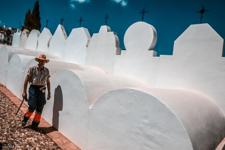 A fehér sírok szorosan egymás mellé épültek, alakjuk és magasságuk azonban eltérő