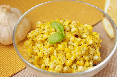 Grillezett, zöldfűszeres kukoricasaláta: friss menta és bazsalikom gazdagítja