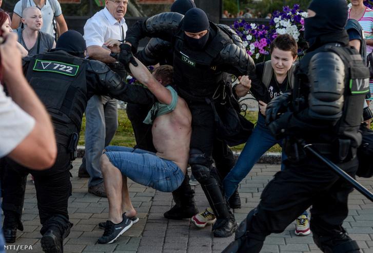 Rendőrök őrizetbe vesznek egy ellenzéki tüntetőt Minszkben 2020. augusztus 10-én egy nappal a fehéroroszországi elnökválasztás után