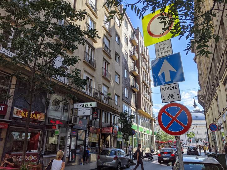 Vagy mindenkinek engedélye van, vagy mindenki magasan tesz a tiltásra a Király utca végén - fotó: Közlekedő Tömeg