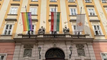 Szivárványos zászlót tűztek ki a Városházára