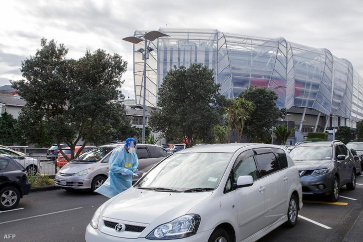 Egészségügyi dolgozó világosítja fel a karanténról az autósokat Aucklandben