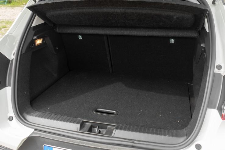 Egyáltalán nem óriási a csomagtartó, de végtére is, ez egy mini-SUV