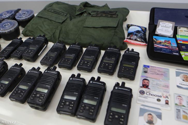 Az elnöki sajtóiroda által közreadott képen a Nicolás Maduro venezuelai elnök által említett meghiúsított partraszállási kísérletben elfogott tizenhárom terrorista zsoldosnál talált személyazonosító kártyák és felszerelési tárgyak egy része Caracasban 2020. május 4-én. Maduro szerint tizenhárom terrorista zsoldost elfogtak akik állítólag május 3-án partraszállást kíséreltek meg Venezuelában hogy elmozdítsák az elnököt a hatalomból.