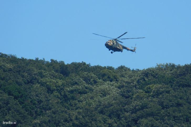 A szemtanúk szerint a férfit a honvédségi helikopter rotorszele fújta le a fáról