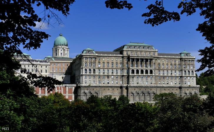 A Budavári Palota részlete nyugati irányból, jobbra az F épülettel, amelyben ma az Országos Széchényi Könyvtár (OSZK) működik
