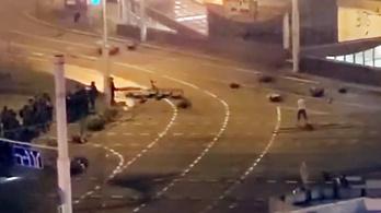 Hivatalosan a saját bombája, egy felvétel szerint a rendőrök golyója ölte meg a minszki tüntetőt