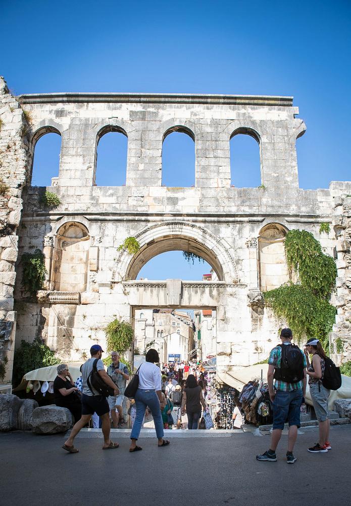 A Diocletianus palota keleti bejárata az Ezüstkapu, innen nyílik jobbról és balról a piac.