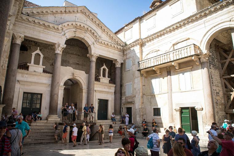 Egész Dalmácia egyik legjelentősebb látnivalója a világviszonylatban is egyedinek számító fehér márványból készült, római kori Diocletianus-palota, ami az UNESCO világörökség listáján is helyet kapott