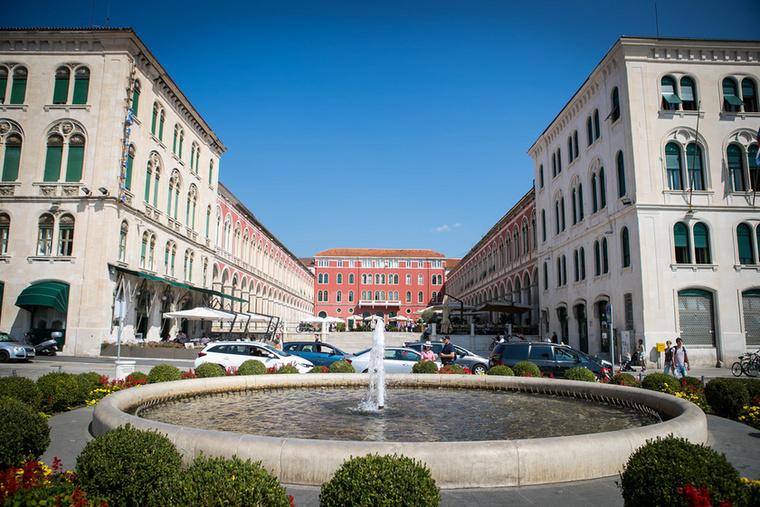 Ha továbbsétálunk a Riván, egy érdekes vörös épülethez érünk el: ez a Prokurative, az volt a velencei időkben a város központja