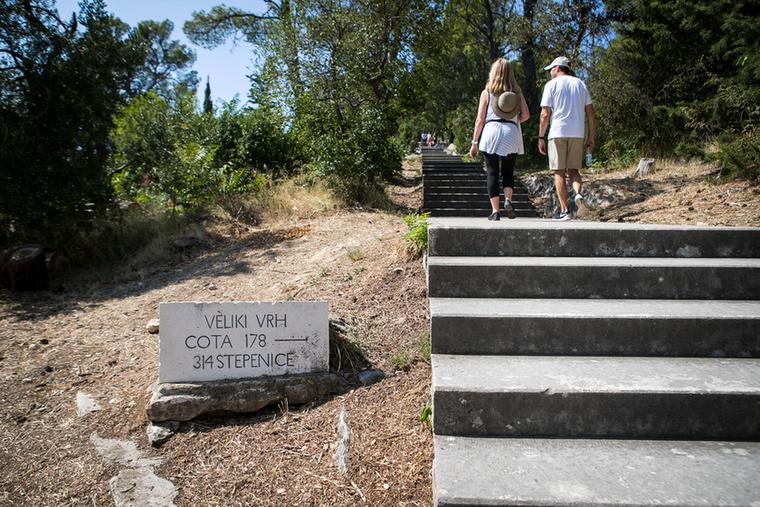 Ahogy a tábla is jelzi, innen még 314 lépcsőfokot kell megtennünk a hegy csúcsáig