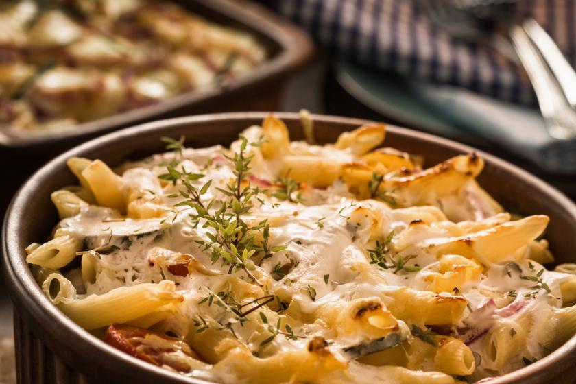 Cukkinis, sajtos rakott tészta: összesütve még finomabb