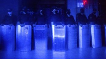 Rohamrendőrökkel védik a belarusz állami média székházát