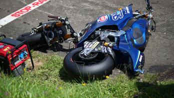 Centiken múlt, hogy a pörgő roncsok nem okoztak tömegbalesetet a MotoGP-futamon