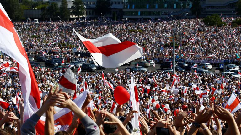 Százezrek tüntettek Lukasenko ellen, jóval kevesebben mellette