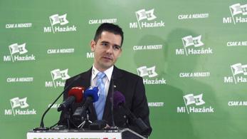 Novák Előd leszedte a budapesti városházáról a szivárványos zászlót