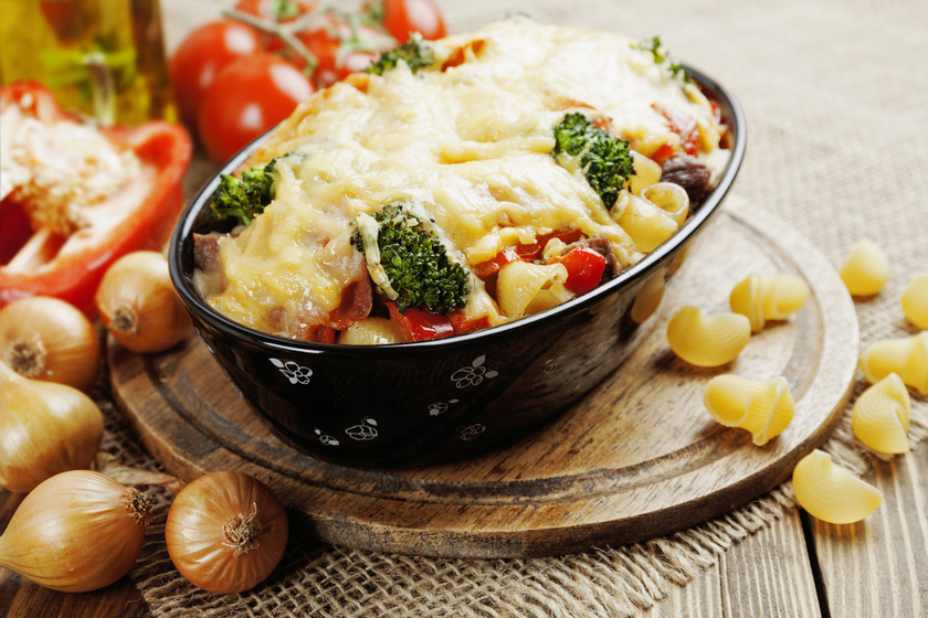 Sokzöldséges rakott tészta nyúlós sajttal: maradék sült hússal még laktatóbb