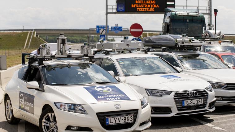Önvezető autók tesztje az M86-os út csornai elkerülő szakaszán Csorna közelében 2020. június 25-én. A Budapesti Műszaki és Gazdaságtudományi Egyetem, valamint partnerei, a Knorr-Bremse, a Magyar Közút Nonprofit Zrt, az Ericsson és a Magyar Telekom Nyrt. közreműködésével június 24. és 27. között önvezető járművek 5G technológián alapuló kommunikációját vizsgálják az útszakaszon. MTI/Krizsán Csaba