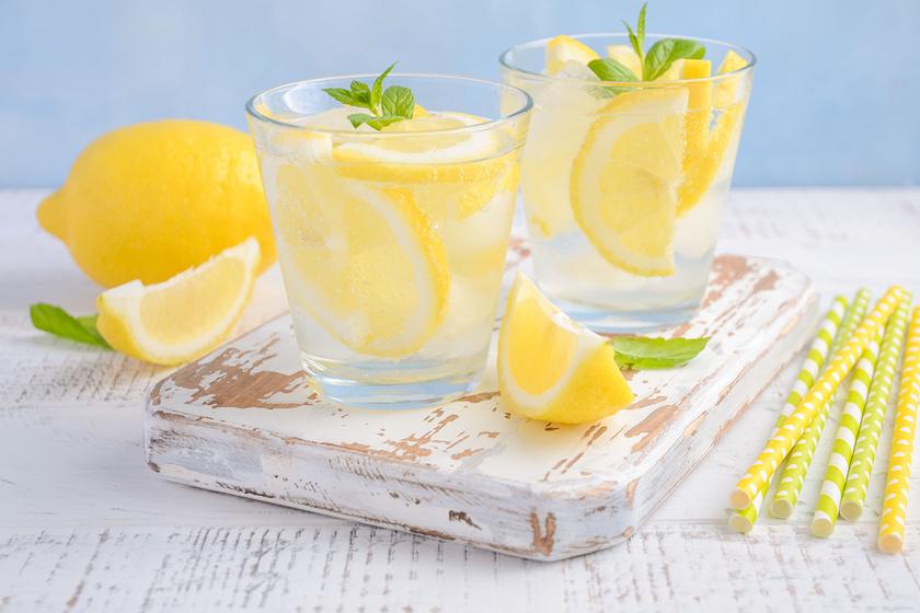A citrom két értékes összetevővel segíti a fogyást, az egyik a C-vitamin, amely javítja a zsírégetési folyamatokat megfelelő mozgás mellett, a benne található polifenolok pedig étvágycsökkentő hatással bírnak. Ha különleges ízvilágra vágysz, a citromos vizet feldobhatod uborkával, de akár levendulával is. Éhgyomorra azonban nem ajánlott.