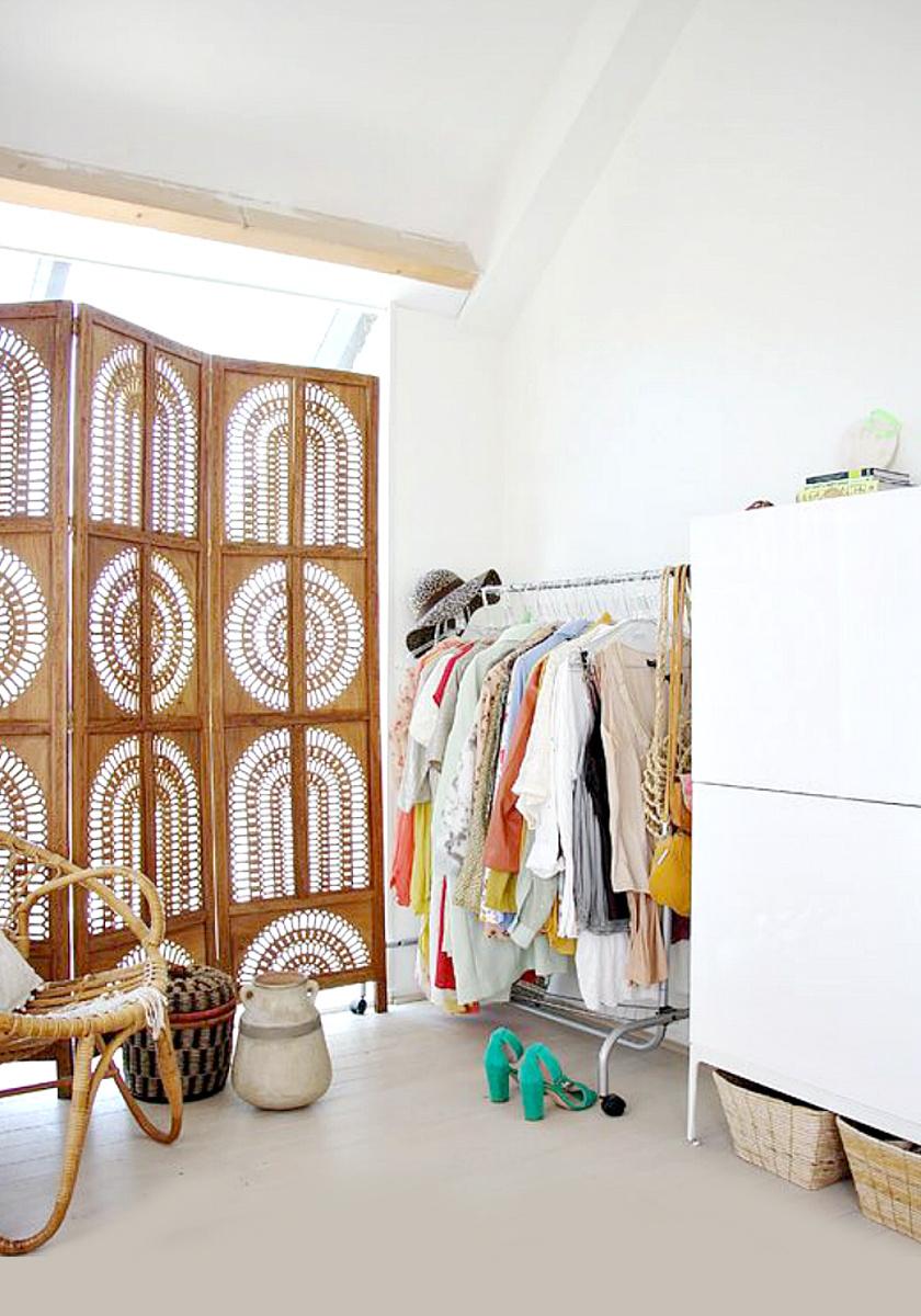 Az öltözőt leválaszthatod egy szép paravánnal a helyiség valamelyik szegletében, így nem lesznek szem előtt a ruhatároló szekrények, polcok és kosarak.