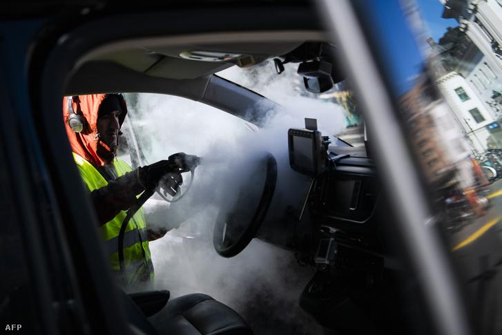 Taxit fertőtlenítenek Stockholmban 2020. április 2-án.