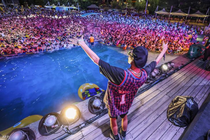 Így bulizott több ezer ember egy vuhani aquaparkban 2020. augusztus 15-én.