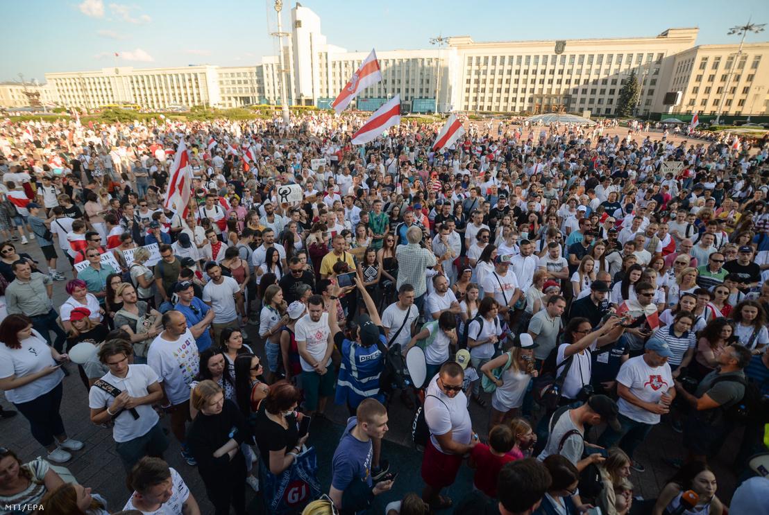 Régi nemzeti zászlókkal tüntetnek Aljakszandr Lukasenko fehérorosz elnök ellen Minszkben 2020. augusztus 17-én