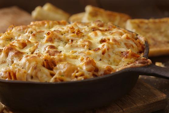Ha sajtrajongó vagy, 10 deka mozzarellát is szórj a füstölt sajt mellé.