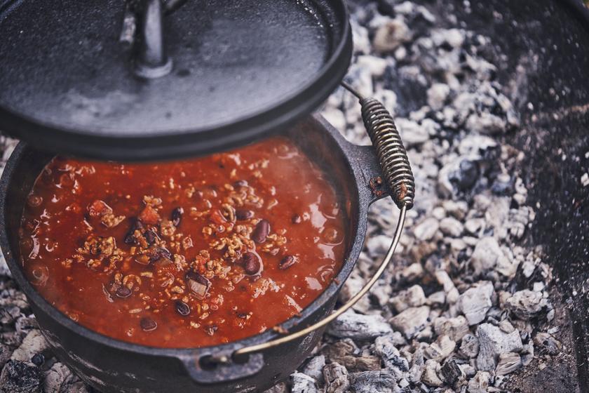 Pikáns chilis bab bográcsban főzve: megáll benne a kanál