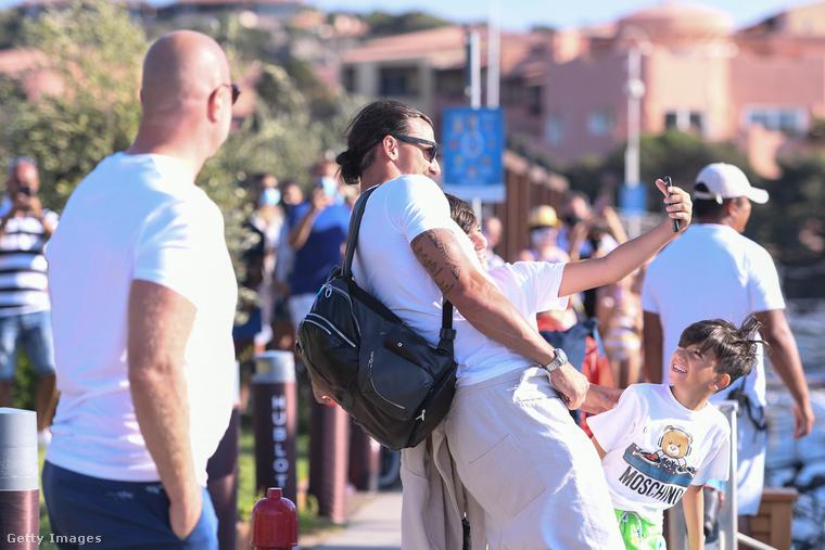 Érdemes volt várni a kíváncsiskodóknak, mert Ibrahimović készségesen vállal közös szelfit.