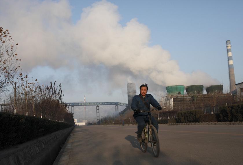 A Kínában az 1990-es években nagy lendületet kapó urbanizáció megnövelte az energiaigényt, ami a szénbányászat fellendüléséhez vezetett. Az ipar viszont katasztrofális környezeti károkat okozott.