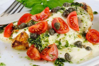 Puha csirkemell sajttal és koktélparadicsommal sütve – Pestóval még krémesebb lesz