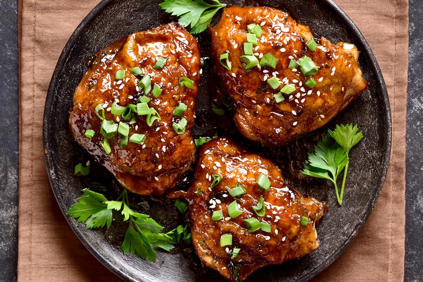 Omlós, mézes-szójaszószos csirkecomb: macera nélkül készül, csak a sütőbe kell tolni
