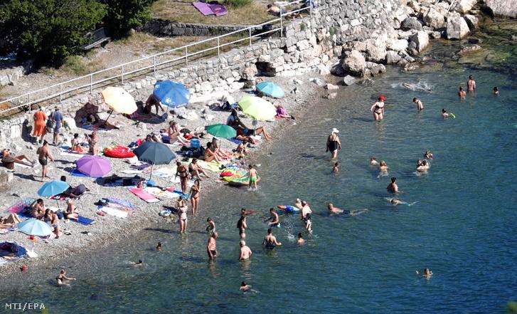 Fürdőző turisták a horvátországi Abbáziában (Opatija) 2020. június 30-án. Zágráb múlt héten szigorított beutazási szabályain az új koronavírussal fertőzöttek számának növekedése miatt ezért a Szerbiából Bosznia-Hercegovinából Koszovóból és Észak-Macedóniából érkezőknek két hét kötelező karanténba kell vonulniuk.